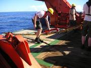 Mitarbeiter lassen den Streamer mit den Unterwassermikrofonen vom Messschiff ins Meer.  © Fraunhofer IWES