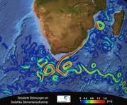 Der Agulhasstrom (rotes Band) fliesst entlang der südafrikanischen Küste. Südwestlich von Kapstadt vollzieht er eine abrupte Kehrtwende zurück in den Indischen Ozean. Dabei schnürt er Wirbel ab, die nach Westen in den Atlantik driften. (Die Farben geben die Stärke der Strömung an.)