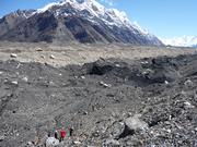 Die schmelzenden Gletscher hinterlassen riesige Schutthalden und bringen Überschwemmungen, Felsstürze, Geröll- oder Schlammlawinen mit sich (Bild: Hermann Häusler)