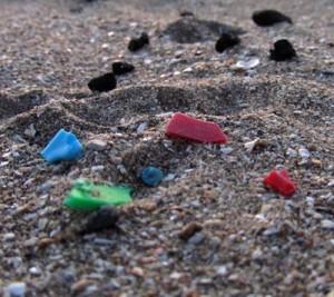 Gift im Gepäck  Während die Plastikpartikel im Meer schwimmen, lagern sich giftige Stoffe an ihnen an. Werden die Kunststoffstückchen dann von Meeresbewohnern gefressen, gelangen die Gifte auf diese Weise in die Nahrungskette. Foto: Valeria Hidalgo-Ruz/Universidad Católica del Norte, Chile