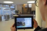 Auf dem Bildschirm wird das virtuelle 3D-Innenraummodell des Gebäudes angezeigt. Der Standort und die zurückgelegte Strecke sind in der Karte eingezeichnet.  © Fraunhofer IPA