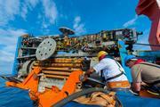 Vom Forschungsschiff SONNE aus wird das Meeresboden-Bohrgerät MARUM-MeBo ausgesetzt. Foto: Thorsten Klein, MARUM   Zentrum für Marine Umweltwissenschaften an der Universität Bremen