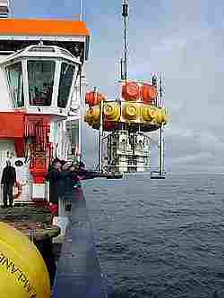 Ab ins Wasser! Ein Tiefsee-Lander wird mit dem Kran von Bord des Forschungsschiffes Polarstern aus zu Wasser gelassen. Foto: Thomas Soltwedel, Alfred-Wegener-Institut