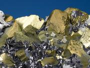 Kristallaggregat von Kupferkies, Bleiglanz, Zinkblende und Kalkspat; enthält u.a. Indium, Germanium und Silber. Foto: Jürgen Jeibmann/HZDR