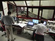 """Von der """"Kommandozentrale"""" aus haben die Forscher den Rütteltisch im Blick und können den Erdbebenversuch steuern. TU Graz/Lignum"""