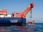 Vor der pakistanischen Küste: Das Tauchfahrzeug MARUM-QUEST geht am Heck des Forschungsschiffs METEOR zu Wasser. MARUM-QUEST kann maximal in bis zu 4.000 Meerestiefe abtauchen. Es ist u.a. mit HD-Videokameras, diversen Scheinwerfern und zwei Greifarmen ausgerüstet und wird von einem Kontroll-Container, der an Deck der METEOR steht (links auf dem Deck zu sehen), ferngesteuert.  Foto: V. Diekamp, MARUM, Universität Bremen