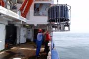Mit Hilfe von Kranzwasserschöpfern fanden und untersuchten die Wissenschaftler Anfang 2009 eine ries ... Harald Schunck, GEOMAR