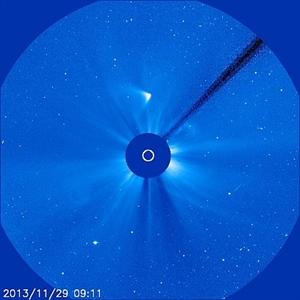 Abbildung 1: Dieses Bild des Koronographen LASCO zeigt den Kometen ISON heute um 10.11 Uhr (9.11 Uhr UT). Der Schweif ist nun deutlich zweigeteilt. (Bild: ESA/NASA