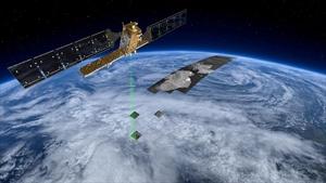 """Mit seinen verschiedenen Aufnahmemodi ist Sentinel-1A flexibel einsetzbar. Der """"Interferometric Wide Swath"""" Modus wird in der Regel über Land und der """"Wave Modus"""" über Ozeanen eingesetzt.  Quelle: ESA"""