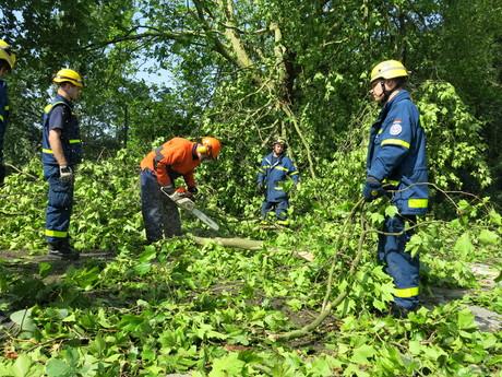THW-Einsatzkräfte beseitigen Unwetterschäden.Quelle: THW/ Annika Nitschke