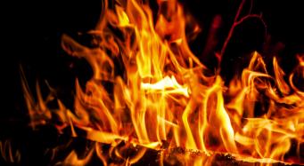 Von brennenden tropischen Torfmooren ausgehendes Kohlendioxid
