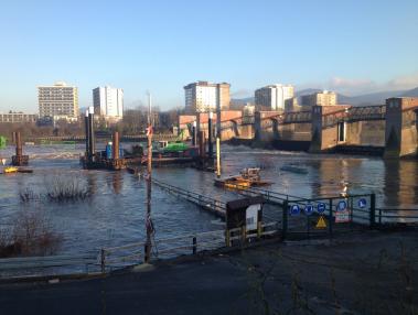 Erhöhter Wasserabfluss am Wehr Wieblingen. Die Baustelle ist teilweise überflutet. Quelle: WSA Heidelberg