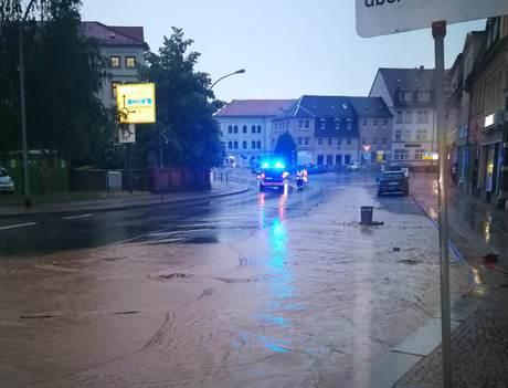 Eine dicke Schlammschicht bedeckte viele Straßen in der sächsischen Kreisstadt Döbeln. Quelle: THW